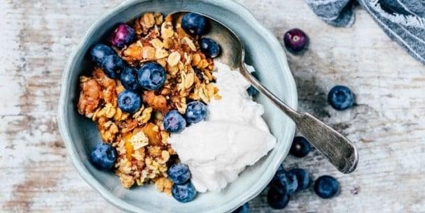 Fructe uscate cu cereale integrale si iaurt degresat